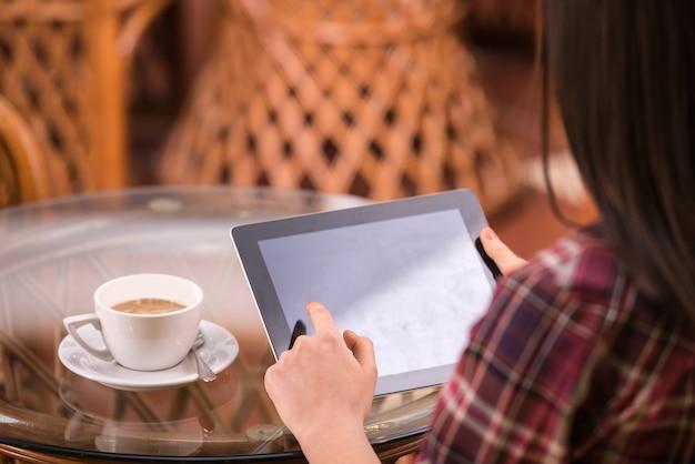 Gros plan, de, mains femme, utilisation, elle, tablet pc, à, café