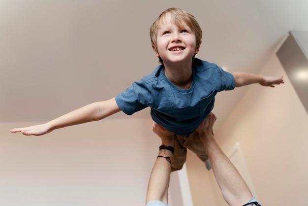 Gros Plan Des Mains Fermant Kid Up Photo gratuit