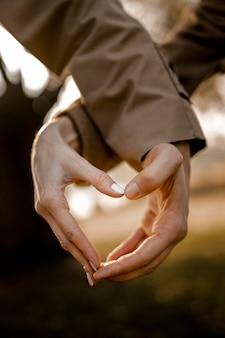 Gros plan des mains en forme de coeur