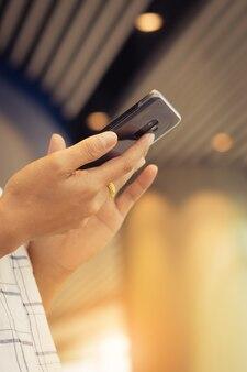 Gros plan des mains des gens à l'aide de téléphone portable avec plaisir et heureux