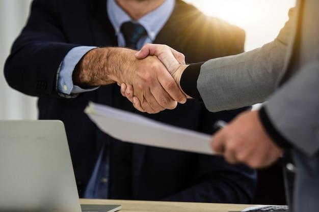 Gros plan sur les mains des gens secouent le succès du partenariat commercial, concept de secouer la main