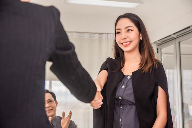Gros plan sur les mains des gens secouent le succès du partenariat commercial