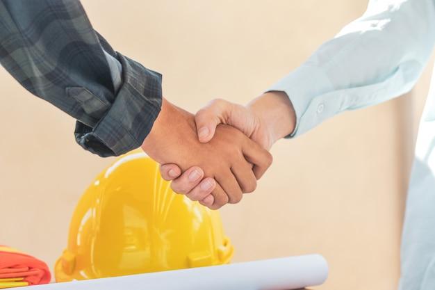 Gros plan des mains des gens secouer le succès du partenariat commercial, secouer le concept de la main