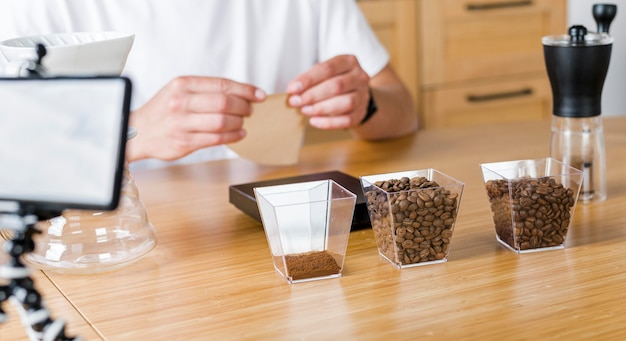 Gros plan des mains avec des grains de café
