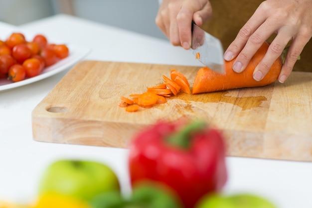 Gros plan, mains, hachage, carotte, coupe, planche