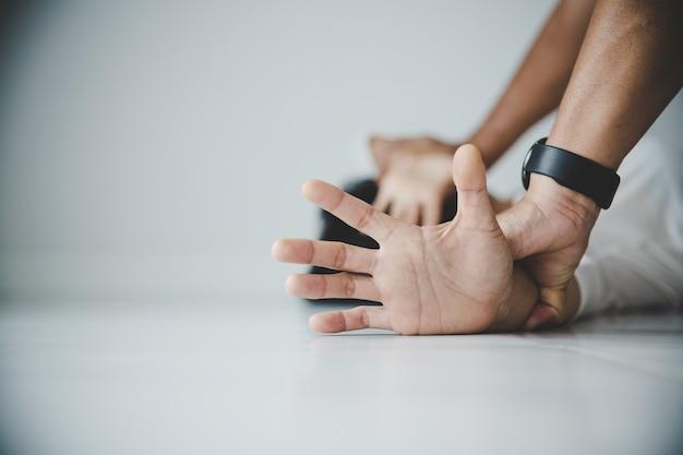 Gros plan des mains de l'homme tenant les mains d'une femme pour le concept de viol et d'abus sexuels.
