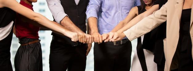 Gros plan sur les mains des hommes d'affaires se réunissent sur le concept d'unité