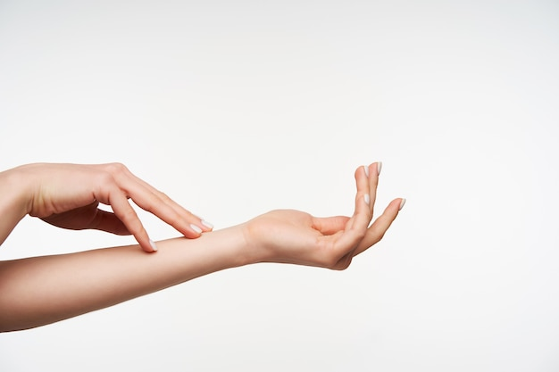 Gros plan sur les mains de la jeune femme soulevée élégante se touchant doucement