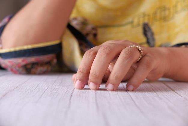Gros plan des mains de jeunes femmes sur la table.