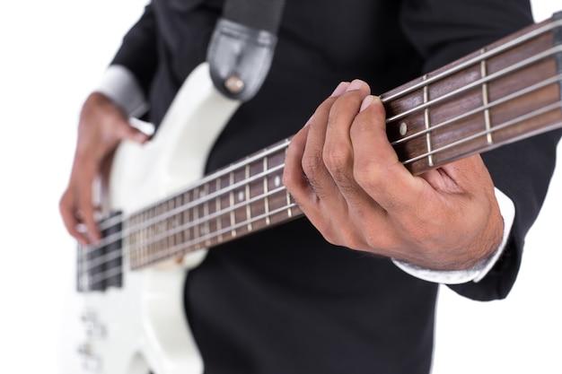 Gros plan, mains, jouer, a, guitare basse, sur, fond blanc