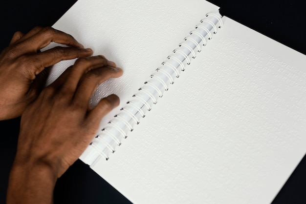 Gros plan mains lecture braille