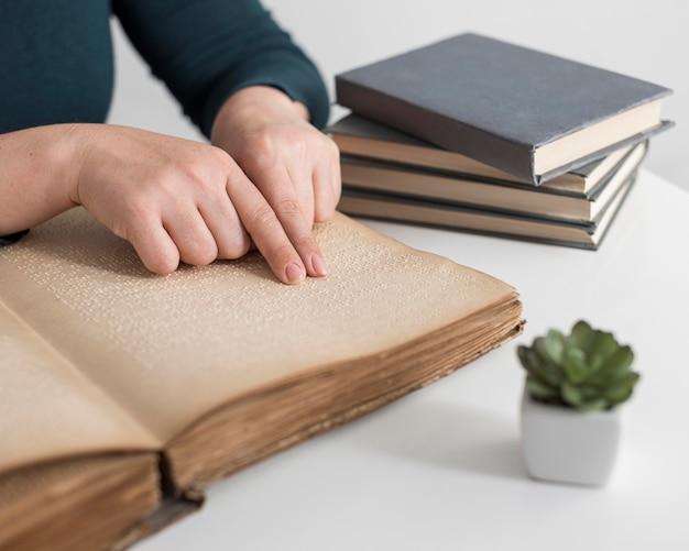 Gros plan, mains, lecture vieux livre