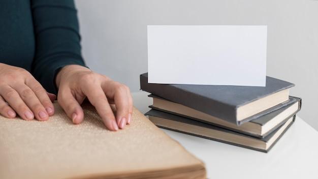 Gros plan des mains avec livre en braille