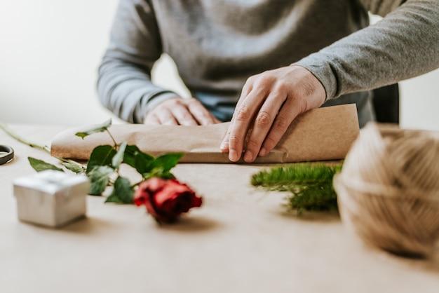 Gros plan, mains mâles, emballage, présent concept de valentine.
