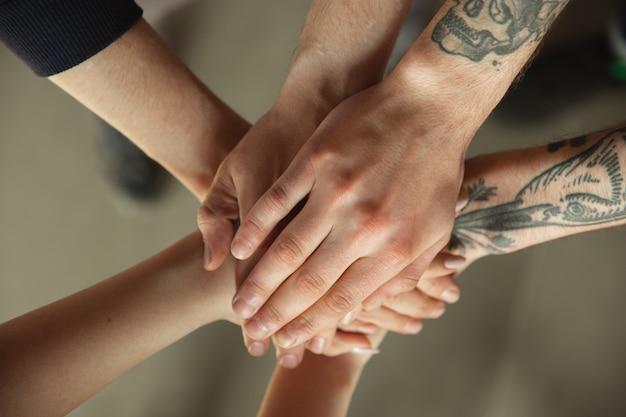 Gros plan des mains mâles et femelles, se couvrant les uns les autres