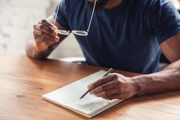 Gros plan des mains mâles, travaillant au bureau