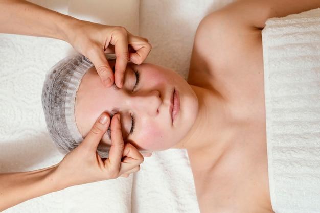 Gros plan mains massage visage