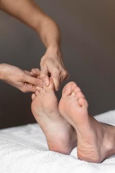 Gros plan mains masser les pieds