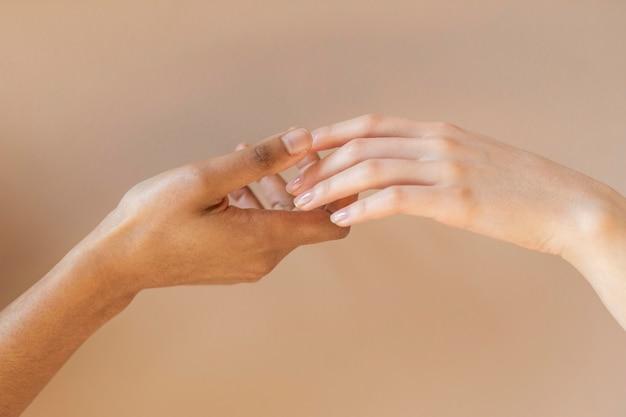 Gros plan mains multiculturelles tenir