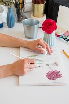 Gros plan, mains, peinture, fleur