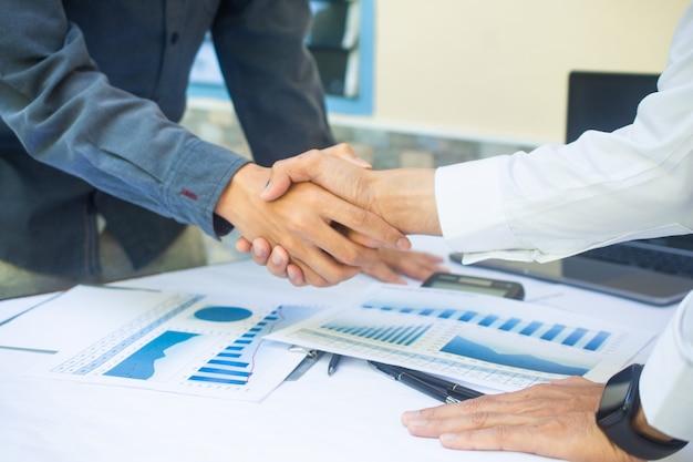 Gros plan des mains de personnes secouent le succès du partenariat commercial