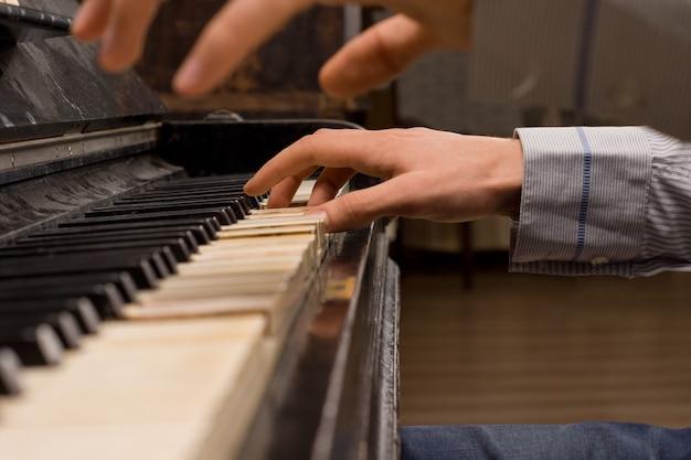 Gros plan des mains d'un pianiste de concert jouant du piano