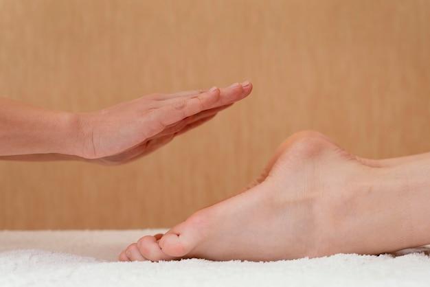 Gros plan des mains et des pieds