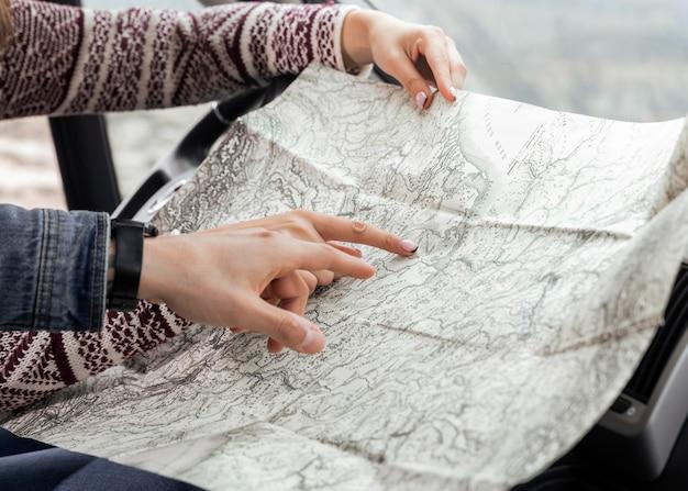 Gros plan des mains pointant sur la carte