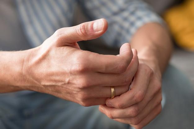 Gros plan des mains portant une bague de mariage