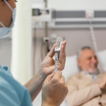 Gros plan des mains préparant l'injection