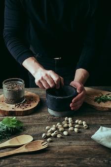Gros plan des mains préparer la nourriture dans la cuisine
