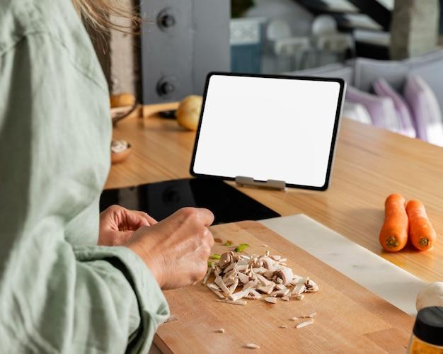 Gros plan des mains, préparer la nourriture