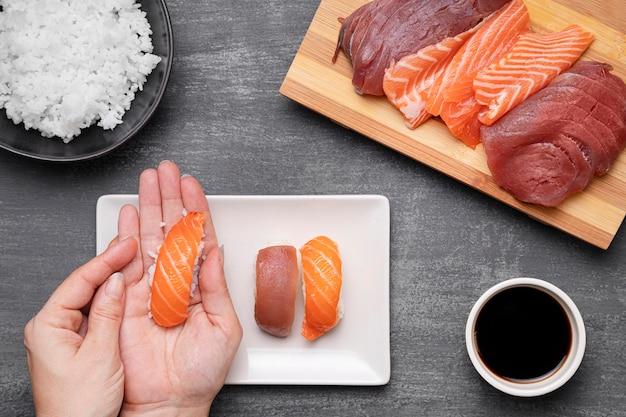Gros plan, mains, préparer, sushi
