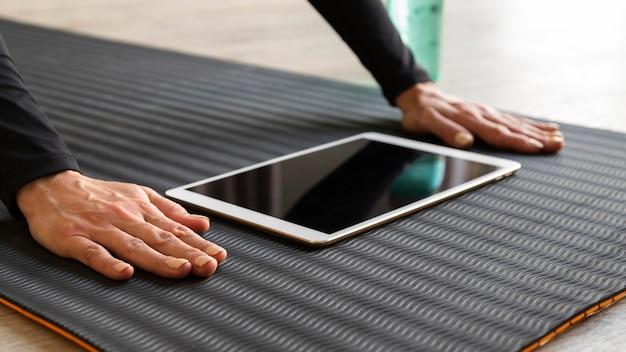 Gros plan des mains près de la tablette