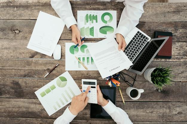 Gros plan, mains, réunion affaires