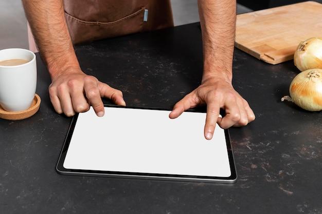 Gros plan des mains avec tablette