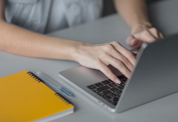 Gros plan des mains en tapant sur le clavier