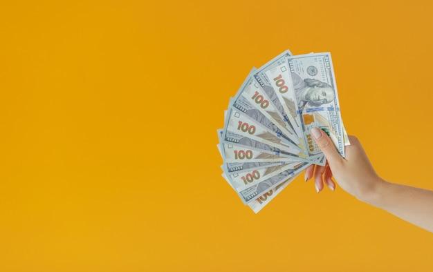 Gros plan des mains tenant beaucoup d'argent. billets de cent dollars et hryvnia ukrainienne. contexte de la vue de dessus du concept d'entreprise avec espace de copie