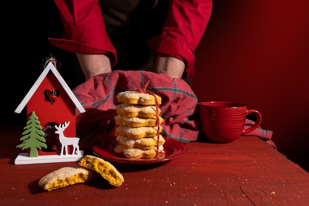 Gros plan des mains tenant des biscuits faits maison