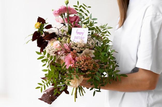 Gros plan des mains tenant le bouquet