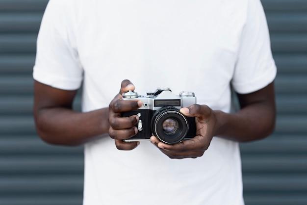Gros plan des mains tenant la caméra