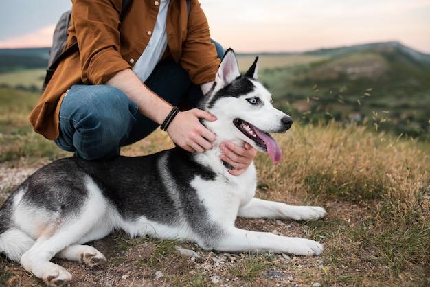 Gros plan mains tenant un chien