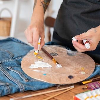 Gros Plan Mains Tenant Des Contenants De Peinture Photo Premium