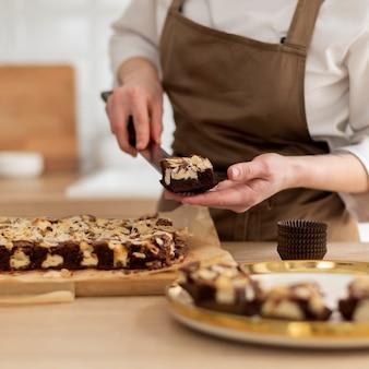 Gros plan des mains tenant le dessert