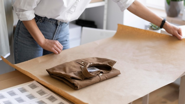 Gros plan des mains tenant du papier d'emballage