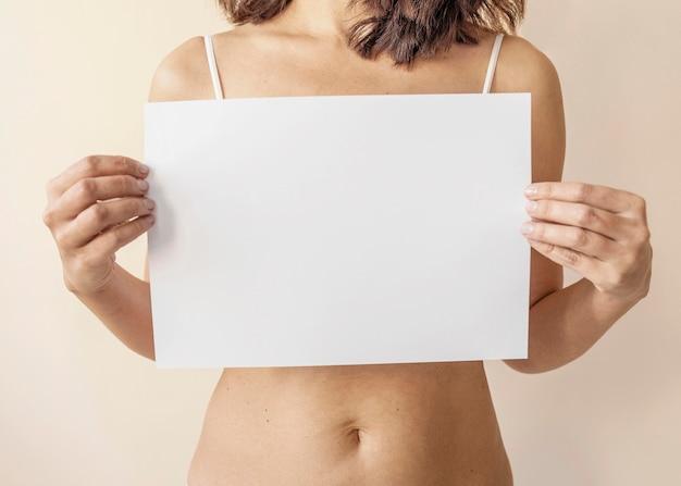 Gros plan des mains tenant du papier vide