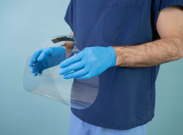 Gros plan des mains tenant un équipement de protection
