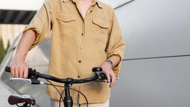Gros plan des mains tenant le guidon du vélo