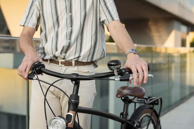 Gros plan mains tenant le guidon de vélo