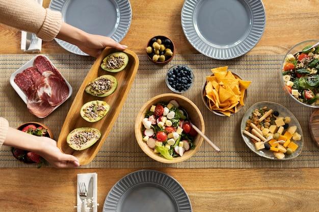 Gros plan des mains tenant de la nourriture